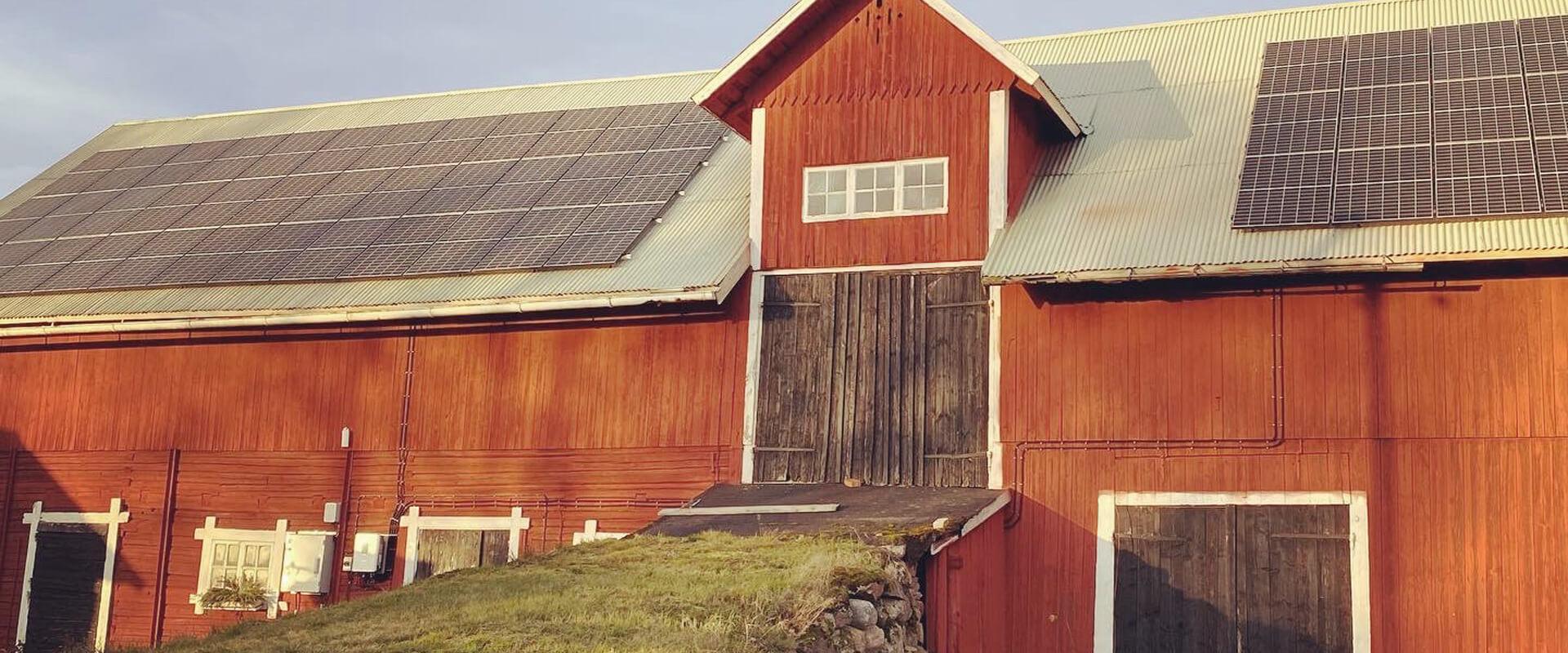 Solpaneler hos ett lantbruk installerat av Wettersol i Jönköping